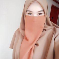 Image may contain: one or more people and closeup Hijab Niqab, Ootd Hijab, Girl Hijab, Hijab Chic, Hijab Outfit, Niqab Fashion, Hijab Stile, Hijab Wedding Dresses, Abs Women