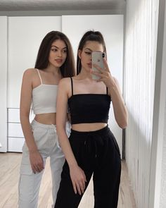 La imagen puede contener: una o varias personas y personas de pie Source by thewhitereiven outfits for teens Twin Outfits, Edgy Outfits, Matching Outfits, Outfits For Teens, Fashion Outfits, Cute Summer Outfits, Cute Outfits, Women's Dresses, Bff Shirts