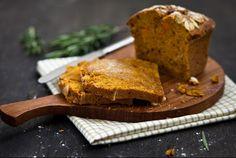 Kurpitsaleipä / Pumpkin bread  Mausteinen kurpitsaleipä sopii joulupöytään. Kurpitsaleivän makumaailma on jossain suolaisen ja makean välimaastossa, ja maku muistuttaa epäilyttävästi piparkakkutaikinaa. Niin hyvää! http://www.valio.fi/reseptit/kurpitsaleipa/