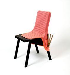 Opgeruimd staat netjes met deze Pique-Pocket stoeloverall. Handen, knuffels, iPhones, boeken en koksmessen, zo'n beetje alles kan je in de zakken kwijt. En hij maakt je stoel bovendien nog warm en zacht ook.