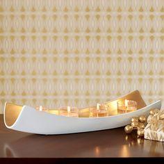 KERZENHALTER CAREZZA Inkl. vier Votivkerzengläsern. € 69,90;   LxH: 42x9 cm. Für GloLite Mini-Pillar-Kerzen sowie Votivkerzen und Teelichter (nur im Votivkerzenglas). Unsere neue, skulpturale Kollektion Embrace rückt Ihre Inneneinrichtung in goldenes Licht.