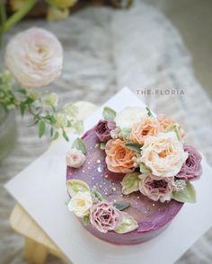 "256 Likes, 2 Comments - THE: FLORIA_flower cake class (@the_floria) on Instagram: ""하늘하늘 작약가득 glossy butter cream flower . #플라워케이크#플라워케익#버터크림플라워케이크 버터크림플라워#앙금크림레이스#flowercake#앙금플라워케익…"""