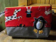 Necessaire com tecido importado e aplicação de pinguim. 22X15 R$ 37,10
