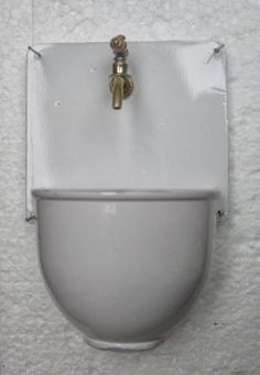 how to: miniature old-fashioned sink (her method of creating the look of miniature enamel is really interesting :)