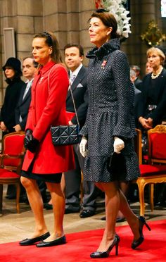 Royal Sisters Princess Stephanie of Monaco and Princess Caroline of Hanover. A mutual dislike is apparent. Princess Grace Kelly, Princess Stephanie, Princess Charlene, Prince Of Monaco, Monaco Princess, Princesa Carolina, Monaco Royal Family, Celebrity Kids, Royal Fashion