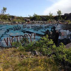 Malt på mur som er fra 2. Verdenskrig da tyskere herjet i Finnmark - porsanger. Kunstverk er nok av nyere dato .
