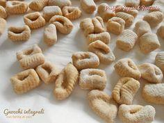 Realizzare gli gnocchi integrali con farina di ceci è facilissimo e veloce. Leggeri e digeribili non contengono patate nell'impasto adatti per la dieta.