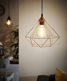 EGLO Tarbes, doskonałe oświetlenie do salonu w stylu skandynawskim, czy industrialnym. Miedziany klosz i dekoracyjna żarówka podkreślą niebanalny styl wnętrza.