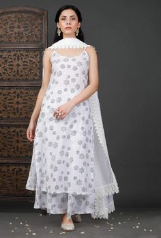 Party Wear Indian Dresses, Designer Party Wear Dresses, Indian Gowns Dresses, Indian Fashion Dresses, Dress Indian Style, Indian Designer Outfits, Indian Bridal Outfits, Girls Fashion Clothes, Pakistani Dresses