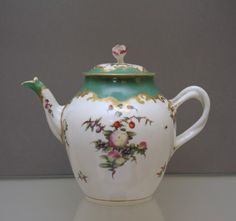 A large Worcester teapot, cover and stand