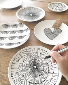 ― De Kaartjes Kamerさん( 「Felt like making new designs ✍ Willen jullie eens laten weten wat jullie mooi vinden? En ― De Kaartjes Kamerさん( 「Felt like making new designs ✍ Willen jullie eens laten weten wat jullie. Painted Plates, Ceramic Plates, Ceramic Pottery, Pottery Painting, Ceramic Painting, Ceramic Art, China Dinnerware Sets, Diy And Crafts, Arts And Crafts