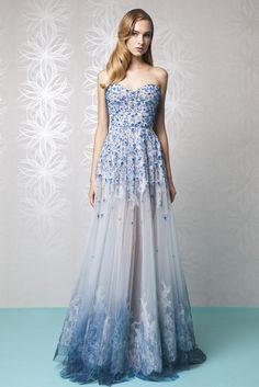 Una línea de vestido de noche novia bordado en tul pintado a mano gradating en tonos de azul, con crinolina y Cordón blanco incrustado.