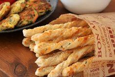 מקלות פרמזן - פריכים וזהובים מלאים בגבינות כמה פשוט וכמה טעים. General Tso, Onion Rings, Beverage, Soups, Art Projects, Salads, Appetizers, Baking, Ethnic Recipes