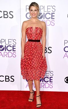 2017 People's Choice: Ali Larter is wearing a red print strapless Zac Posen dress with a black belt. The dress is adorable! I love the red color!