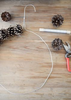 Wreath tie with cones for fall Christmas with wire and hangers. - Wreath tie with cones for fall Christmas with wire and hangers. Just do it yourself, DIY. Decoration Christmas, Diy Christmas Ornaments, Fall Decor, Xmas, Diy Wreath, Wreaths, Natal Diy, Illustration Noel, Pine Cone Decorations