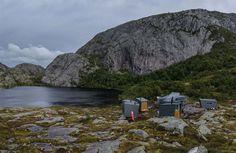 Cachés dans les montagnes de Forsand, en Norvège, ces nouveaux refuges de montagne conçus par KOKO architects ont été construits pour les randonneurs. Le groupe de gîtes comprend un bâtiment principal, des cabines de couchage, des WC avec une salle de stockage et un sauna. Les pavillons indépendants sont revêtus de zinc laminé, qui résiste au vent et à la neige et ne nécessite pas d'entretien durant des décennies. Si les visiteurs ont besoin d'eau, ils peuvent récupérer celle du lac situé…