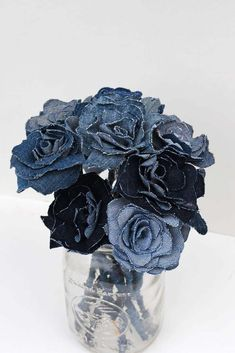 How To Make A Pretty Upcycled Denim Flowers Bouquet Repurpose your denim scraps from old jeans into a stunning denim flowers bouquet for your home. Or even make the denim roses into pretty napkin rings. Diy Denim, Artisanats Denim, Denim Decor, Diy Upcycled Denim, Upcycled Sweater, Diy Jeans, Denim Skirts, Upcycled Clothing, Denim Top