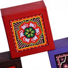 Caja de té Huichol chica: Decorada con Arte Huichol de finas chaquiras de vidrio en la tapa. Su combinación de colores logra el balance perfecto logrando un estilo único y original para el momento de tomar el té. #art #diseño #mexico #box