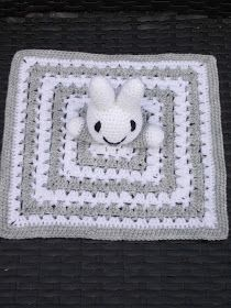 Renate's Crochet and stuff: Pattern Miffy cuddle cloth Crochet Lovey, Crochet Pillow Pattern, Crochet Baby Hats, Baby Blanket Crochet, Crochet Patterns, Baby Presents, Baby Gifts, Granny Square Projects, Cool Baby Stuff