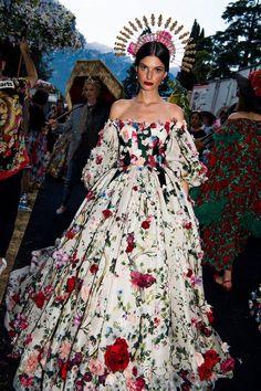 dolce gabbana dress Floral - Dolce & Gabbana's Como Chameleons: Naomi Campbell, Halima Aden, and Maye Musk Model Alta Moda in Italy Style Haute Couture, Couture Fashion, Runway Fashion, Look Fashion, Fashion Show, Fashion Design, Fashion Details, Fashion Tips, Mode Baroque