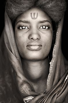 Janaris third wife  Unlike their husbands, women have the Wodaabe not face paint, but content themselves with decorative scars or tattoos. In their eyes, the strength of a nomad soul reflects the Sahel.
