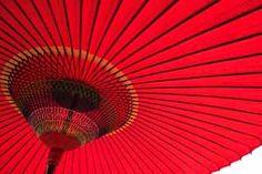 朱色の京和傘です。和傘は平安時代に仏教やお茶、漢字等と同じく中国より伝来しました。和傘は歌舞伎や日本舞踊、茶道の中でも取り入れられ、それぞれの伝統美を付加した独自の進化を遂げ、非常に豊かな日本文化として発展を遂げました。