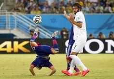 ACROBATICO. Escena del partido que disputan las selecciones de Japón y Grecia en el estadio Dunas, de Natal, en el nordeste de Brasil. (EFE)