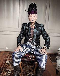 Neste 08.04 quem também faz aniversário é Vivienne Westwood (@viviennewestwoodofficial) a Grande Dama da moda britânica e personagem fundamental do movimento punk que completa 75 anos marcados por criações icônicas e ativismo socioambiental. Happy b-day! (foto: Juergen Teller) #viviennewestwood by voguebrasil