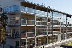 Pára-vento regulável em várias varandas de um prédio.