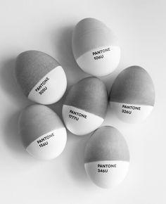 Neutrales Grau kann so freundlich wirken: Design-Ostereier von Pantone.