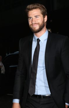 Liam Hemsworth Proves That Chivalry Isn't Dead During a Night Out With Miley Cyrus Hemsworth Brothers, Liam Hemsworth, Hollywood Actresses, Actors & Actresses, Z Cam, Celebrity Dads, Celebrity Style, Most Beautiful People, L'oréal Paris