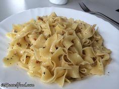 Die Alfredo Soße kommt ursprünglich aus Rom und besteht hauptsächlich aus Parmesankäse und Butter. Sie ist dadurch deutlich cremiger und reichhaltiger als eine normale weiße Käse Soße. Die Zubereitung ist sehr schnell, fast schon so schnell wie die von Alla Carbonara.