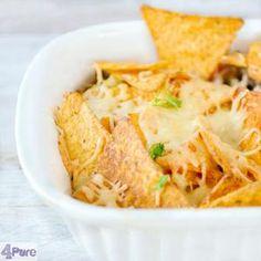 Mexicaanse nacho ovenschotel met een heerlijke romige saus met groenten en gehakt en knapperige nacho chips. Simpel en makkelijk