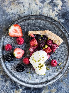 Coarse galette with summer berries