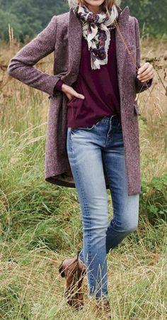 la tendance couleur aubergine, une écharpe imprimée et manteau droit femme