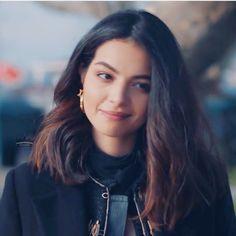 Turkish Fashion, Turkish Beauty, Short Wavy Hair, Short Hair Styles, Turkish Actors, Kara, Female Models, Beautiful People, Actresses