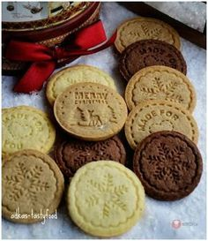 Chrumkavé sušienky – kokosové, škoricové, kakaové Cake Decorating Piping, Czech Recipes, Happy Foods, Christmas Baking, Amazing Cakes, Yummy Treats, Cookies Et Biscuits, Cookie Recipes, Food To Make
