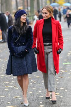 Vanessa Hudgens Photos - Jennifer Lopez and Vanessa Hudgens are seen on the movie set of 'Second Act'. - Vanessa Hudgens is seen on the movie set of 'Second Act' J Lo Fashion, Urban Fashion, Timeless Fashion, Fashion Looks, Fashion Outfits, Estilo Vanessa Hudgens, Vanessa Hudgens Style, Jennifer Lopez, Red Coat Outfit