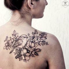 Rücken Tattoo, Spatz und Blumen, weibliche Tattoo-Motive, die effektvoll wirken