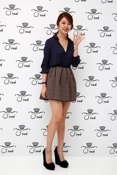 Yoon Eun-hye (윤은혜). Cute skirt and the pumps make it more formal
