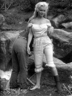 """Мэрилин Монро (Marilyn Monroe) в 28 лет, фильм """"Река не течет вспять"""" - 1954 год"""