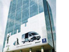 En Boxer, la furgoneta de Peugeot, cabe hasta la cristalería de este edificio entero. Una buena vía para presentar su espacio.