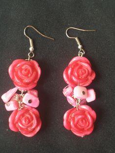 Aros o pendientes: Rosas de resina (fabricación propia) con escallas de nacar. By Delgadina Bijou