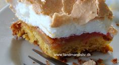rabarberkage med marengslåg Danish Cake, Danish Dessert, Danish Food, Sweets Cake, Cupcake Cakes, Cake Recipes, Dessert Recipes, Delicious Desserts, Yummy Food