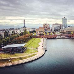 みなさんは富岩運河環水公園をご存知ですか?富山駅からほど近い、運河の景観を利用した公園です。街中にあるにも関わらず、広大で大変美しい公園は、富山市民が羨ましくなってしまうほど!新幹線で北陸旅行の際には、是非途中下車して富岩運河環水公園に行ってみましょう! Toyama, I Want To Travel, Landscape Design, Stairs, Exterior, Japan, Amazing, Places, Garden