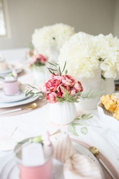 A Guide to Hosting the Ultimate Weekend Brunch: Food, Recipes & Decor Brunch Decor, Brunch Table, Brunch Food, Brunch Ideas, Easter Table Decorations, Easter Decor, Cream Cheese Ball, Lemon Cake Mixes, Brunch Recipes