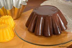 Il Budino fatto in casa al cacao senza preparati è un dolce classico ideale come dessert dopo pranzo o come merenda per i vostri bambini.