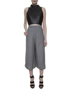 top cropped preto de couro, calça pantacourt cinza Modem, sandália tiras preta