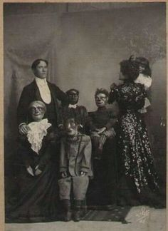 Creepy family photo  Just odd!
