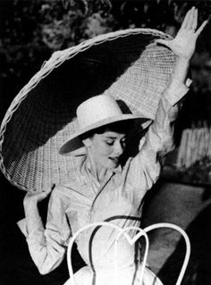 Audrey Hepburn in Rome, Italy, 1955 (photo by Philippe Halsman) Audrey Hepburn Outfit, Audrey Hepburn Photos, Aubrey Hepburn, Golden Age Of Hollywood, Classic Hollywood, Old Hollywood, Steven Meisel, Stars D'hollywood, Philippe Halsman